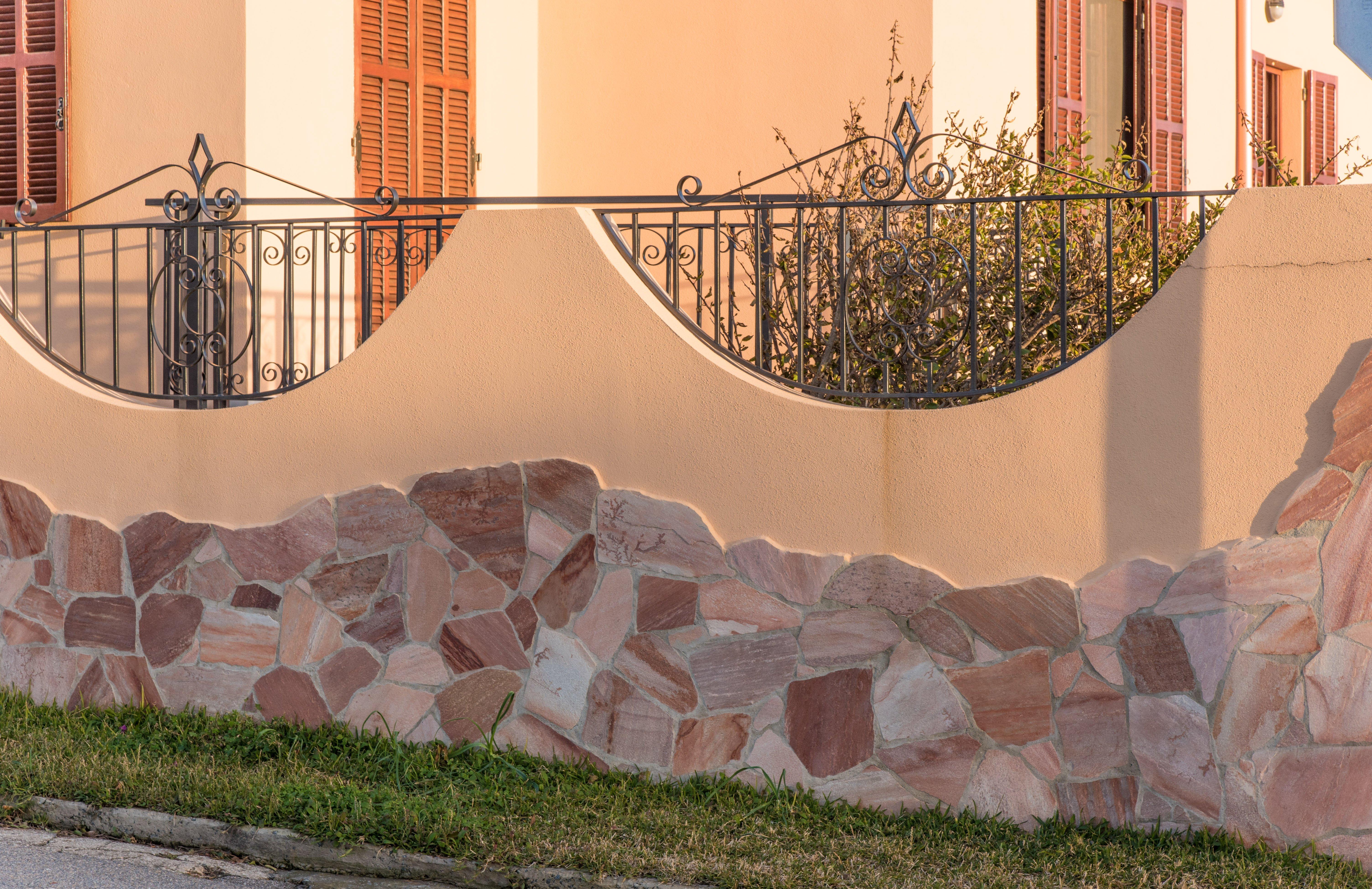 muretto esterno di una villa in pietra realizzato da Edil Pietre 2P