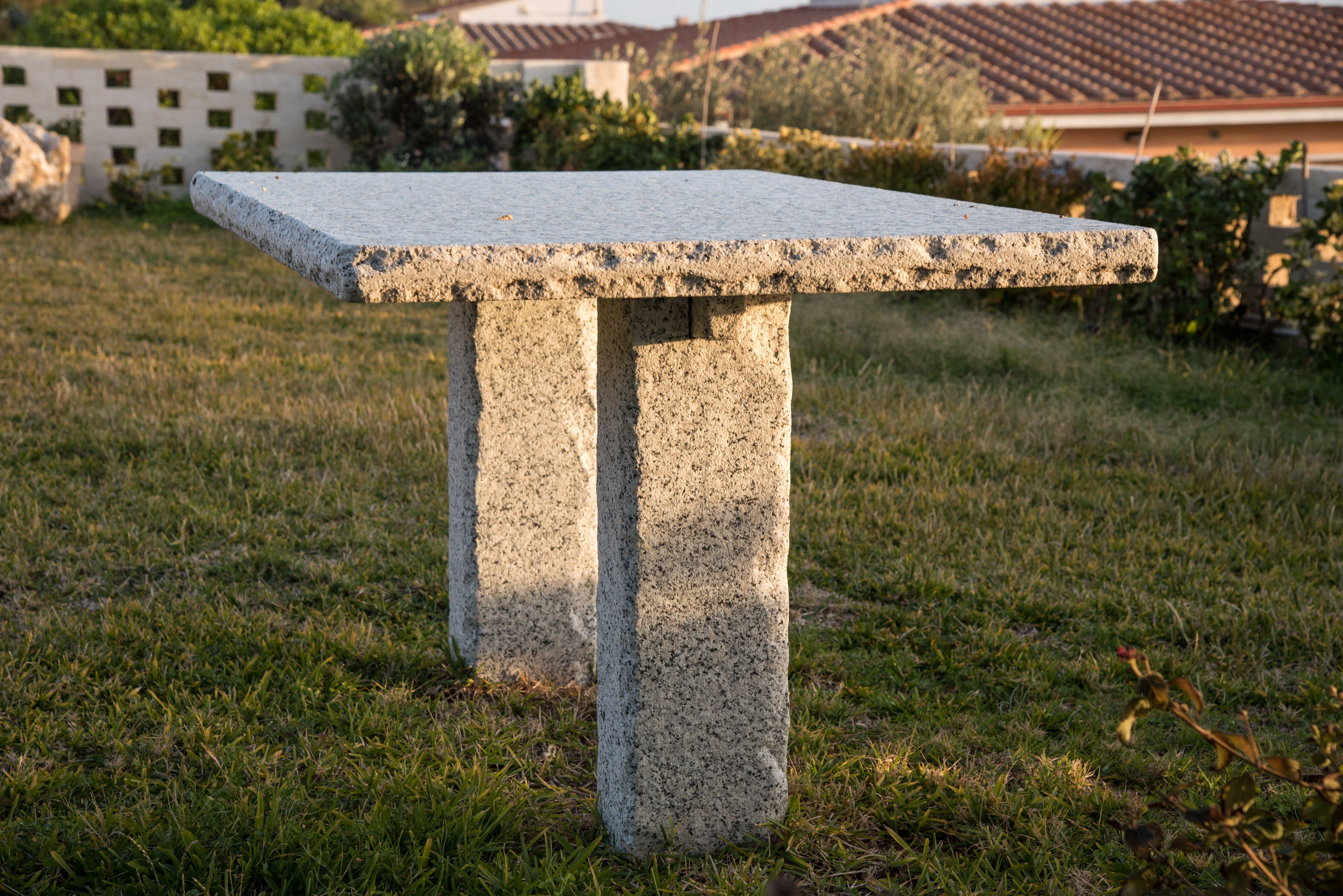 tavolo in pietra per giardino