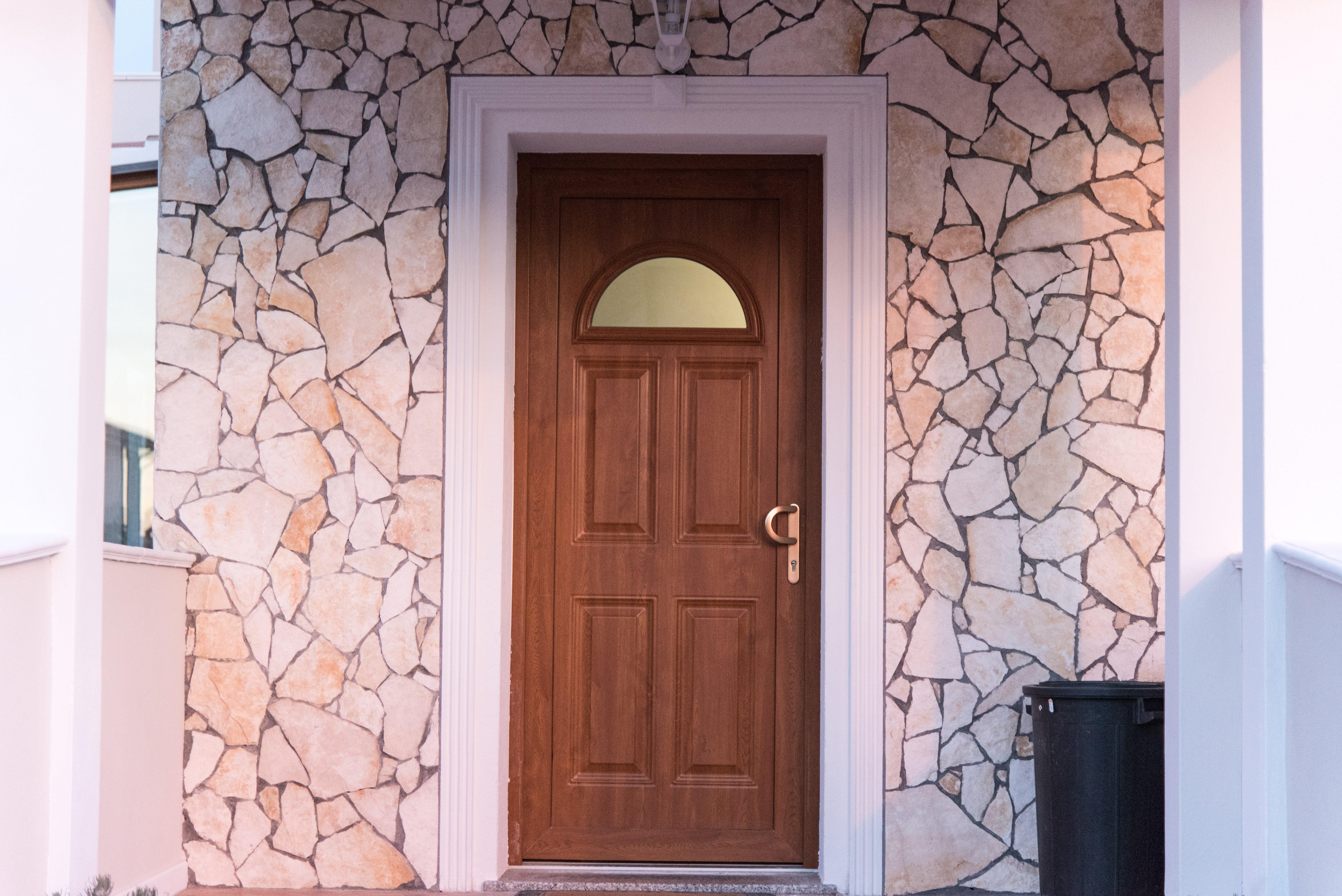 particolare in pietra della parete di ingresso di una villa