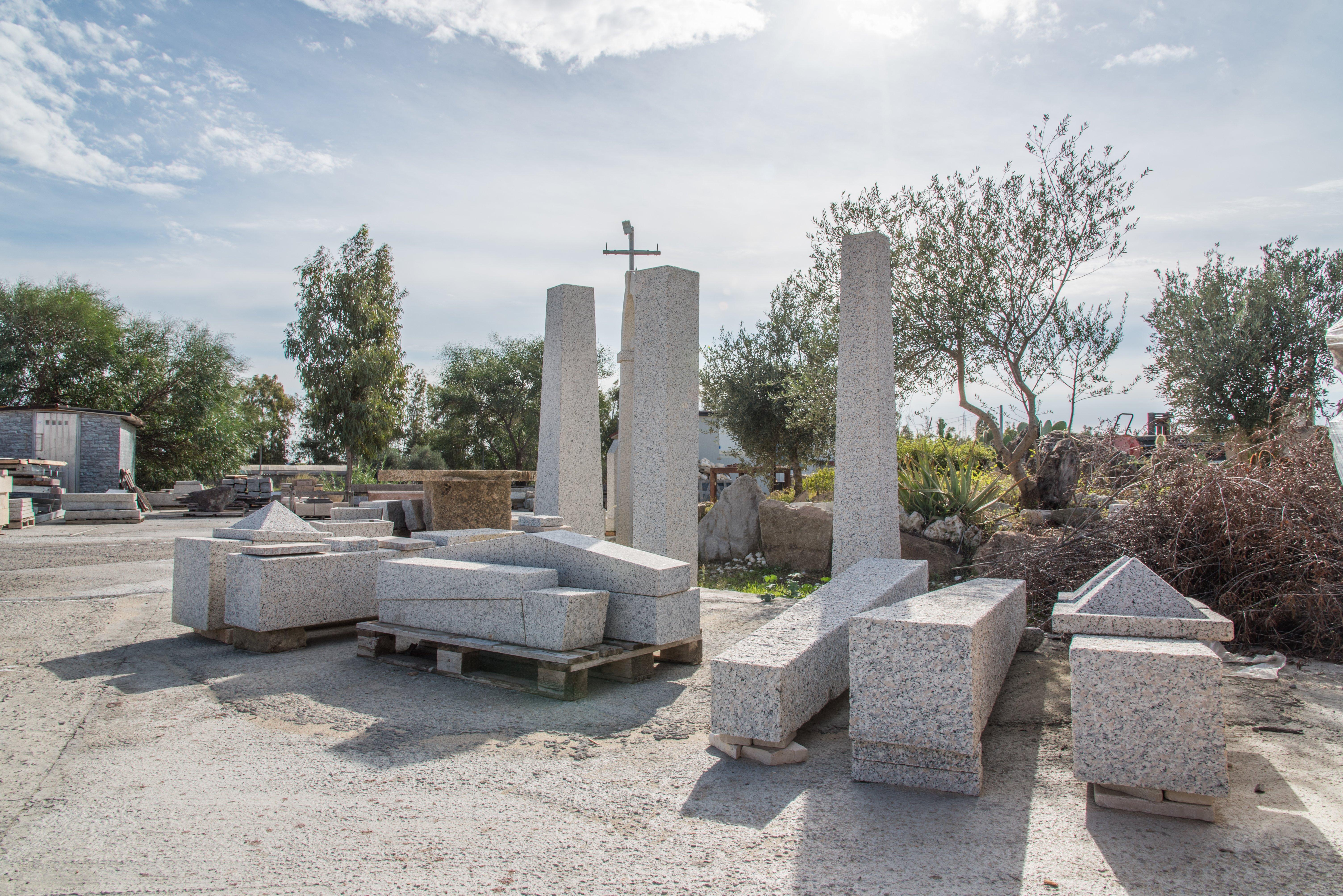 Pilastri e fontane in granito