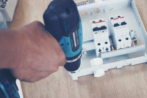Operaio installa un impianto elettrico
