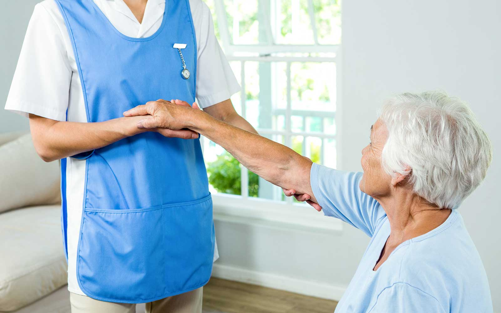 un' infermiera che tiene il braccio di una donna