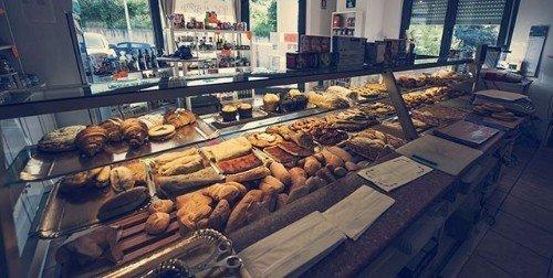 vetrina con pane biscotti e paste