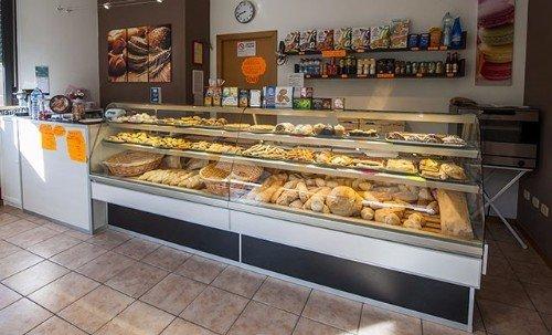 bancone con pane e dolci