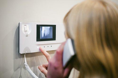 donna che parla e controlla dal videocitono chi ha suonato