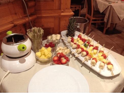 Fonduta di cioccolato con spiedini di frutta