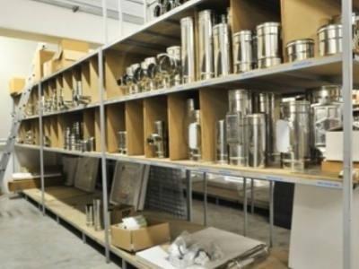 magazzino con parti di impianti