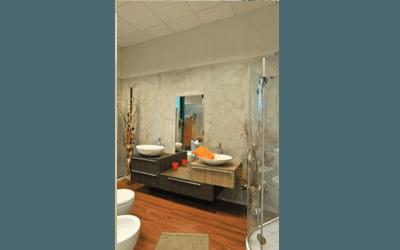 bagno con mobiletti legno
