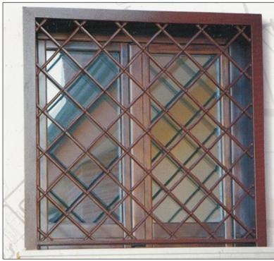 Grata marrone a rete su finestra