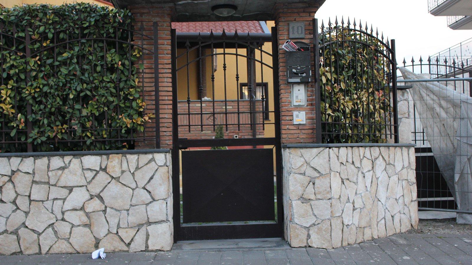 un cancello e una ringhiera in metallo