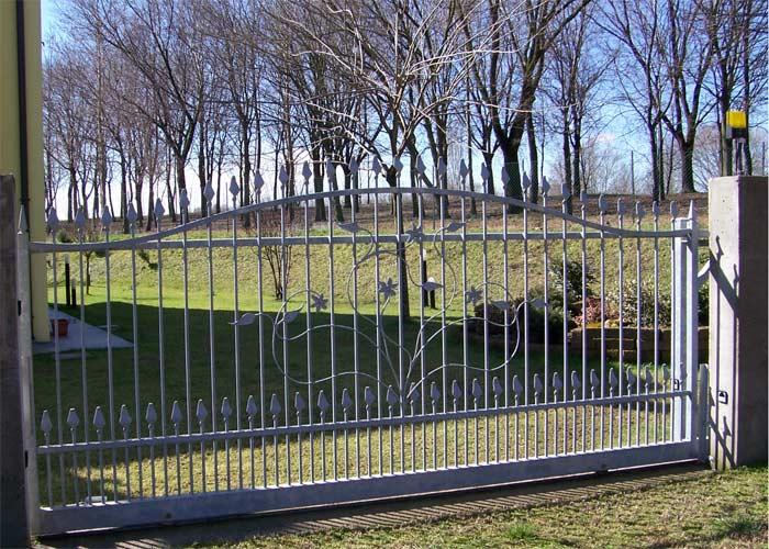 un cancello automatico in ferro di color grigio