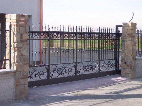 un cancello scorrevole in ferro battuto