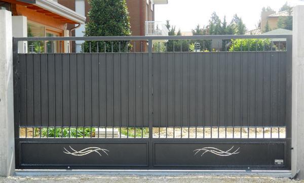 un cancello in metallo