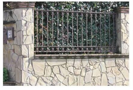 un muro con ringhiere