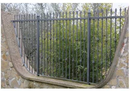 un muro con ringhiere in metallo