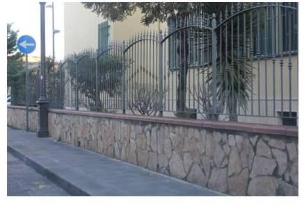 un muro con ringhiere in ferro