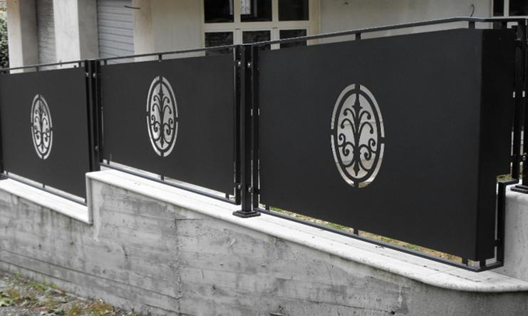 un cancello in metallo di color bianco con dei disegni