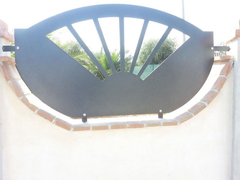 un cancello con disegni a sole