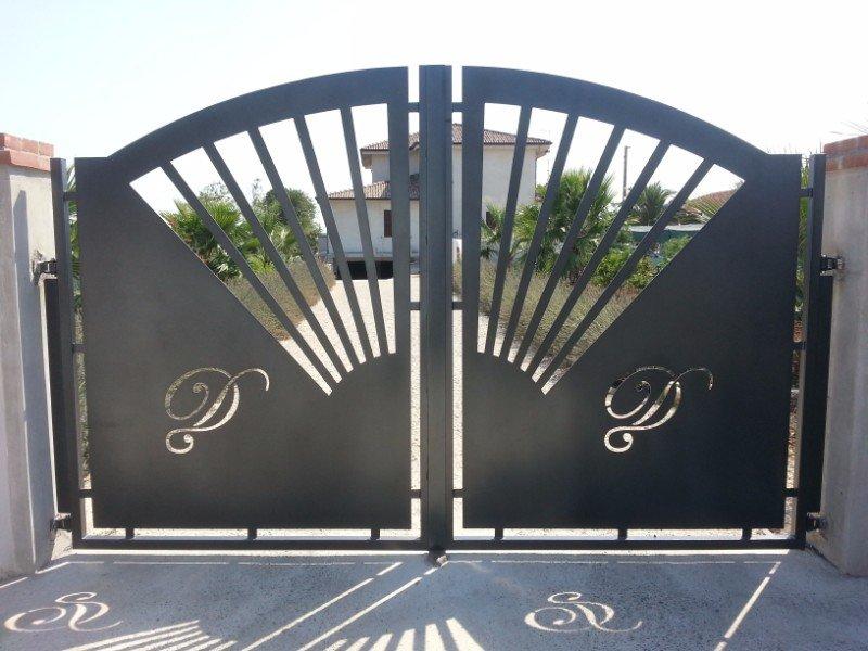 un cancello con scritto Villa Maria Rosa