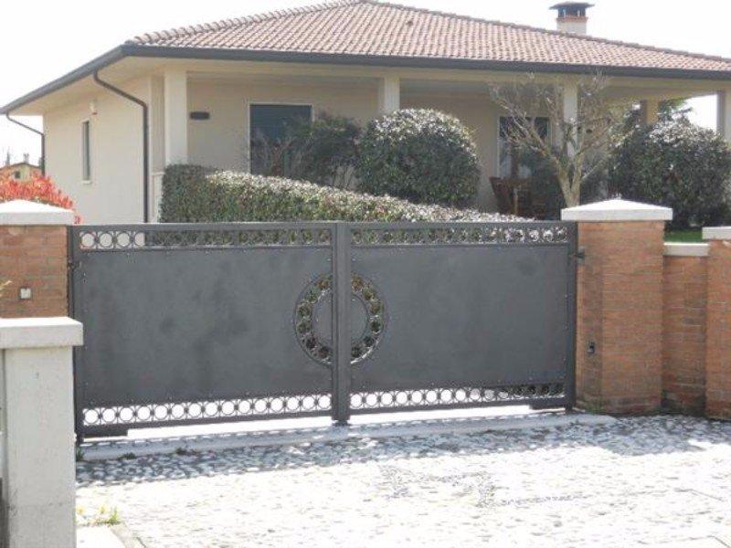 un cancello in ferro di una villetta