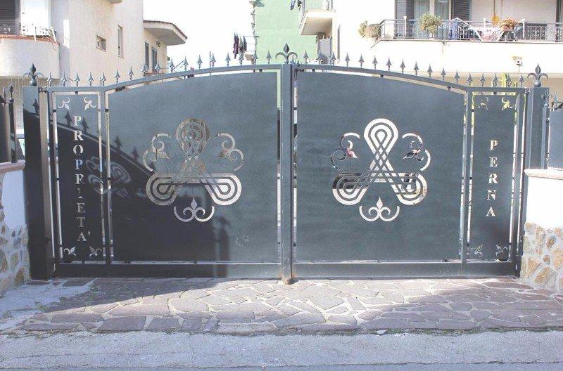 un cancello in ferro con dei disegni