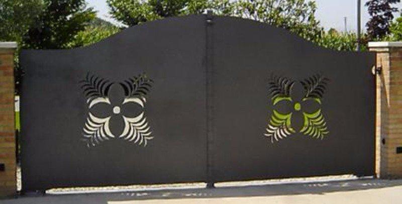 un cancello in ferro con due disegni di due trifogli