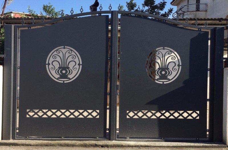 un cancello in ferro con dei disegni di due vasi con delle piante