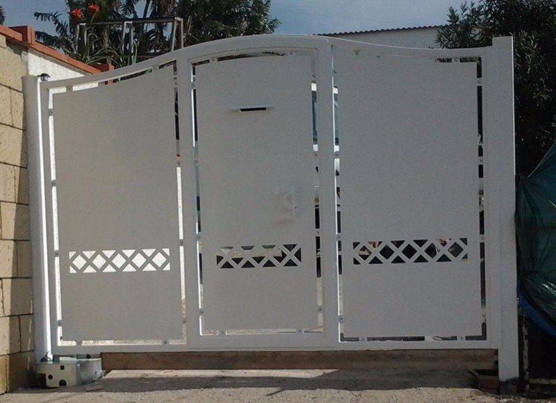 un cancello bianco in ferro