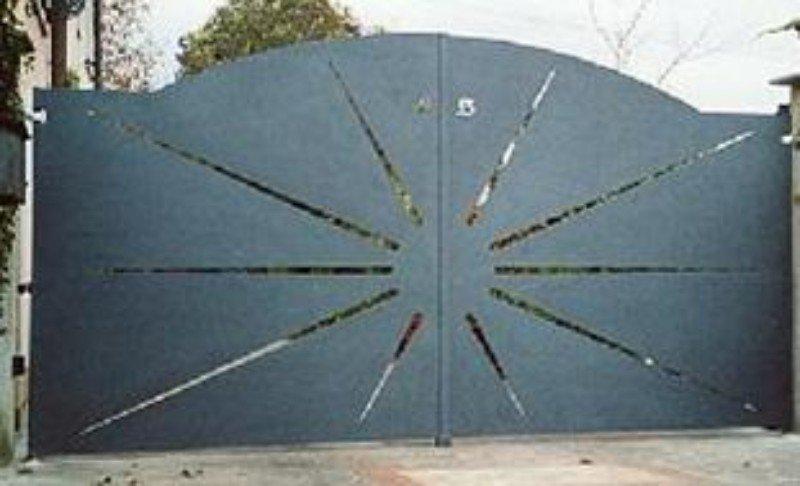 un cancello in ferro con un disegno di alcuni raggi di sole