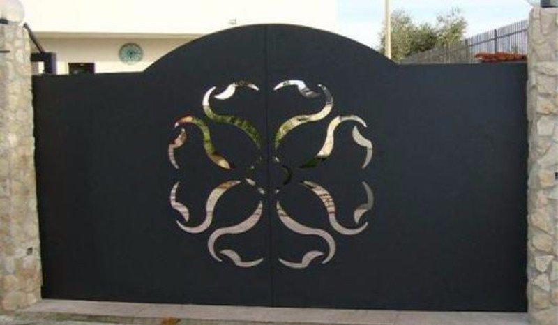 un cancello in ferro con un disegno al centro