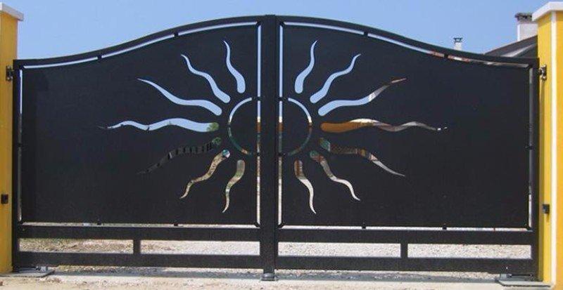 un cancello in ferro con un sole al centro