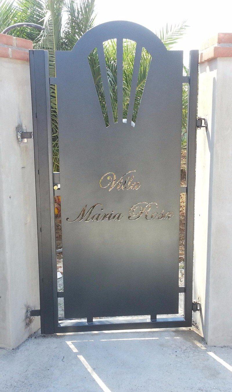un cancello in ferro con scritto Villa Maria Rosa