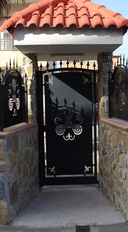 un cancello nero in ferro battuto