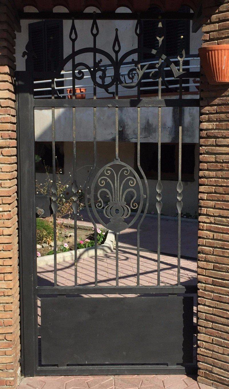 un cancello in ferro battuto