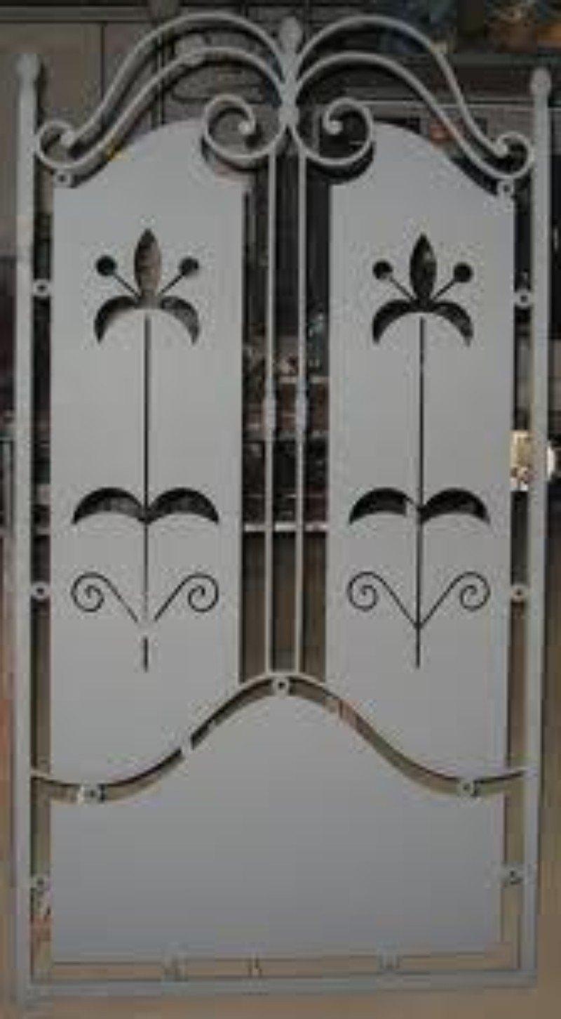 un cancello in ferro grigio con due fiori disegnati