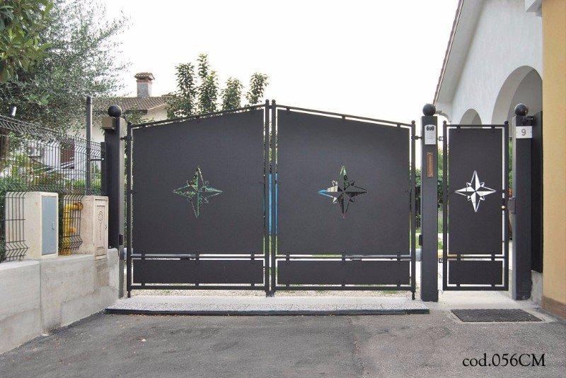 un cancello in ferro con dei disegni della rosa dei venti