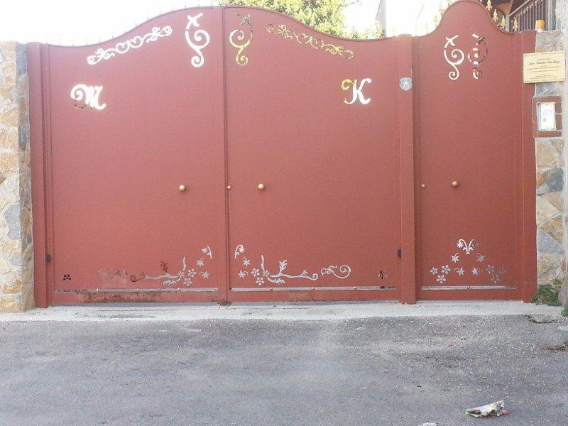 un cancello in ferro di color rosso con dei disegni