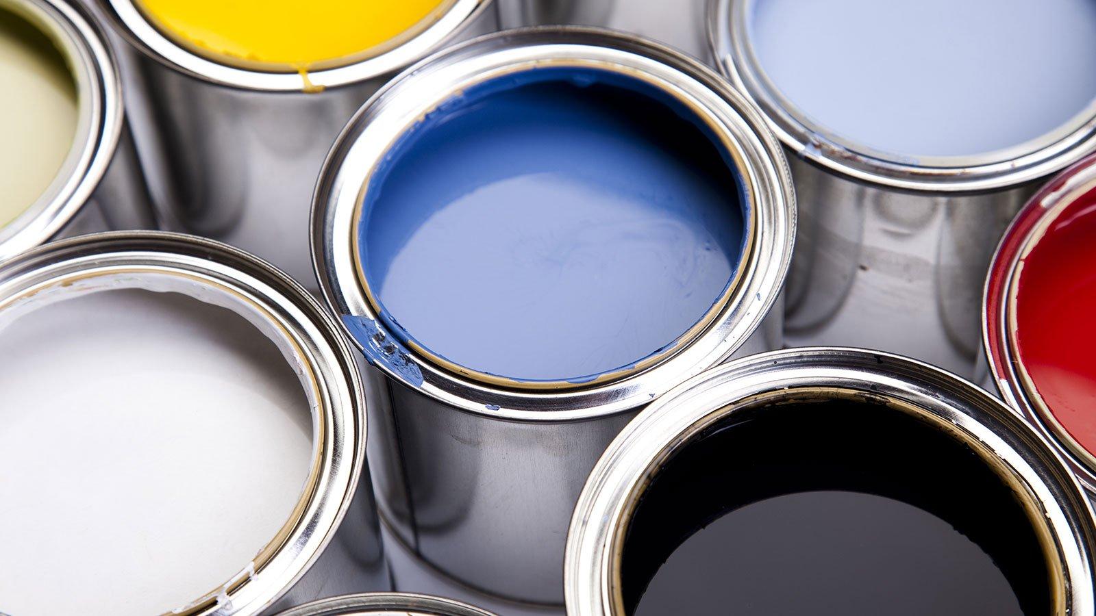 dei barattoli di vernice