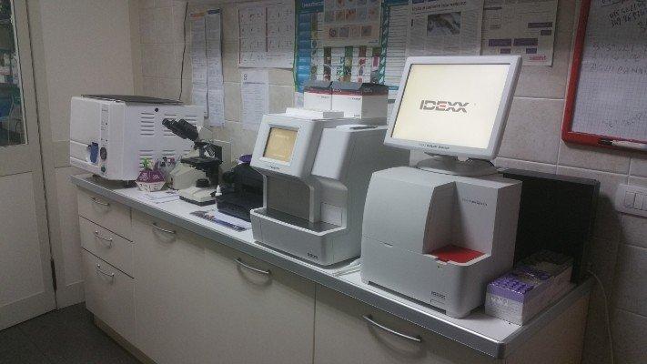 degli apparecchi elettromedicali per le analisi in un laboratorio