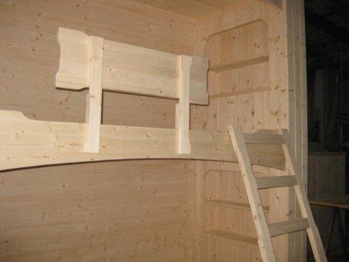 un dettaglio di un'anta di un armadio in legno chiaro