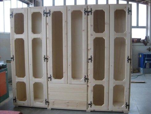 un armadio in legno con le ante aperte