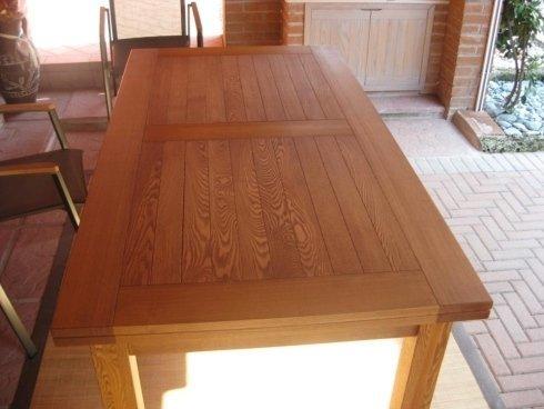 un dettaglio di un'anta di un armadio in legno