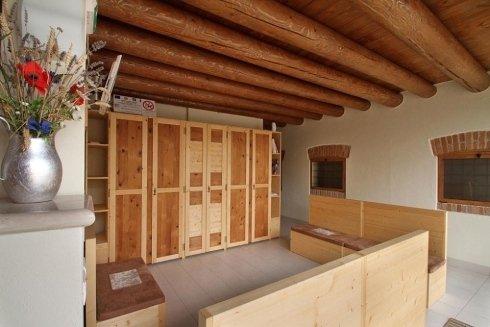 una stanza con degli armadi in legno