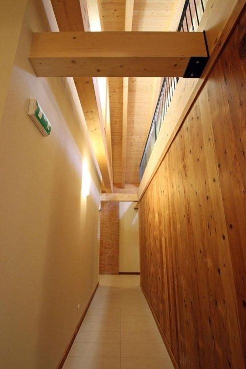 un lungo corridoio con un muro in legno