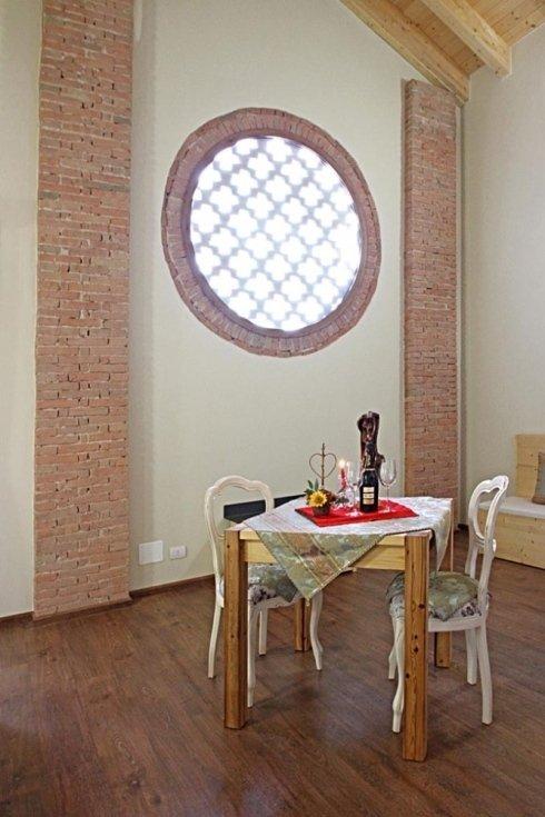 un tavolo in legno e due sedie di color bianco