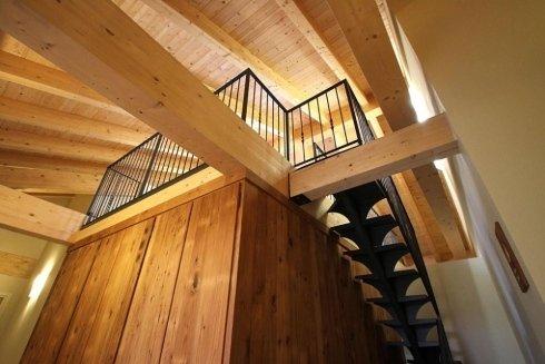 interno di una casa in legno con dei parapetti in metallo