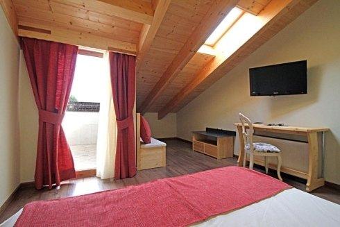 una camera con tetto in legno