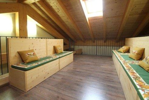 una sala con due panchine in legno