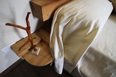 un comodino in legno con sopra una statuetta