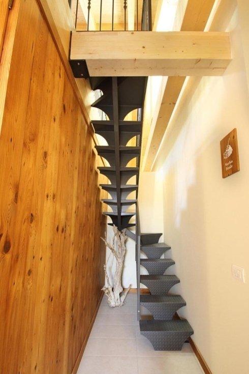 un corridoio con delgli scalini in metallo